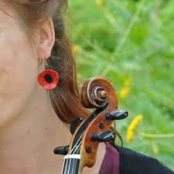 boucle d'oreille coquelicot en cuir pendante sur modèle